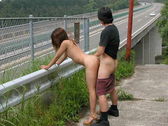 お外でズッコンバッコン野外セクロスしまくってる青姦エロ画像 1511