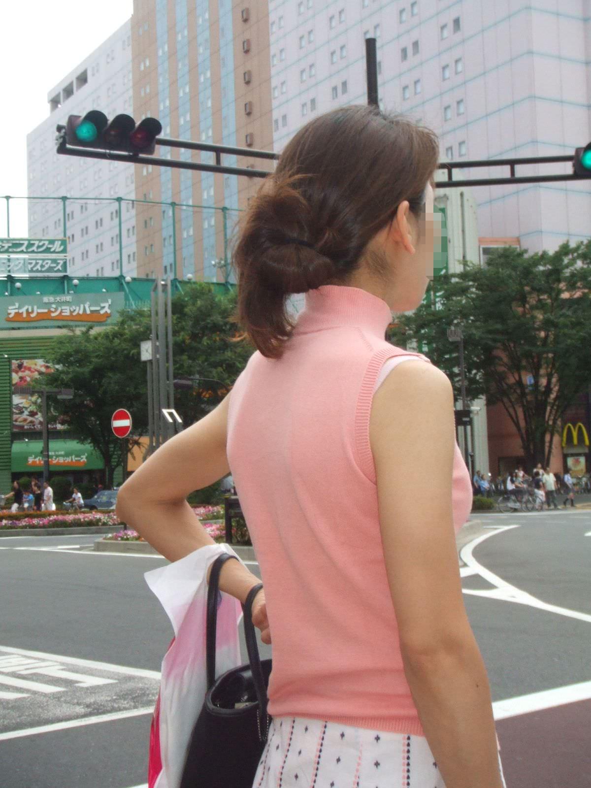 気温が上がるとブラ紐がズレてブラチラしちゃってる素人の街撮りエロ画像 155