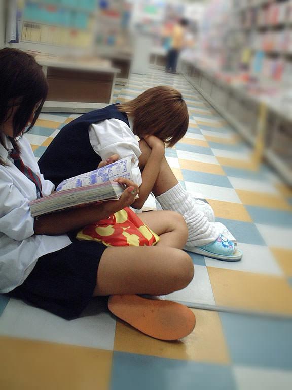 ピッチピチの女子校生が履いてるルーズソックスにチンポコ蹴られたいエロ画像 16102