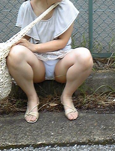 スカートで地べたに座って油断した女の子たちのエグいパンチラエロ画像 1685