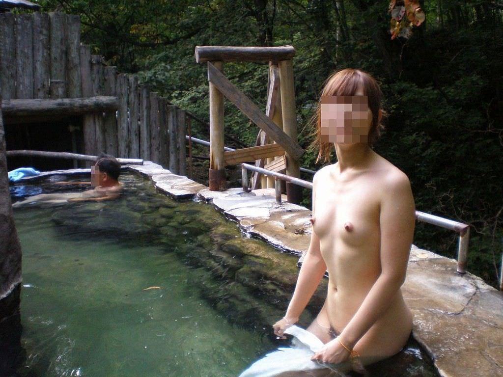 わざわざ混浴風呂にお出かけして記念撮影する変態女の露出エロ画像 1711