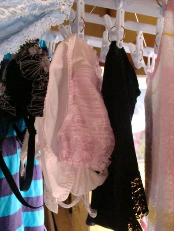 彼女や嫁がガチ使用してるパンティーやブラジャーの洗濯物の素人下着エロ画像 18