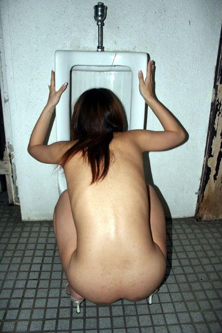 公衆トイレで脱ぎたくなる性癖を持つド変態女の露出エロ画像 18102