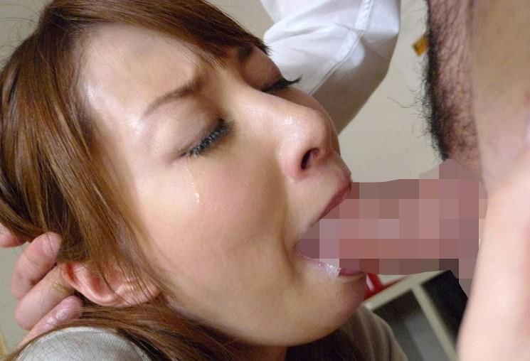 喉奥までガッツリちんぽぶち込んで唾液でダラダラになってるヤバいイラマチオエロ画像 1825