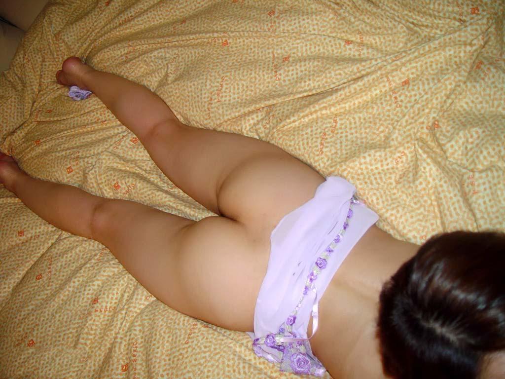 うつ伏せで寝てる彼女のお尻やおまんこを勝手に撮影したエロ画像 1837