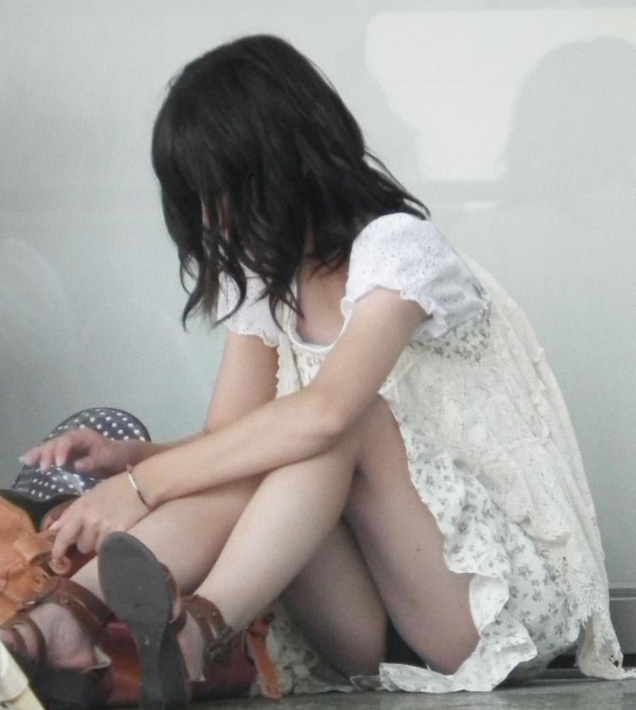 スカートで地べたに座って油断した女の子たちのエグいパンチラエロ画像 1881