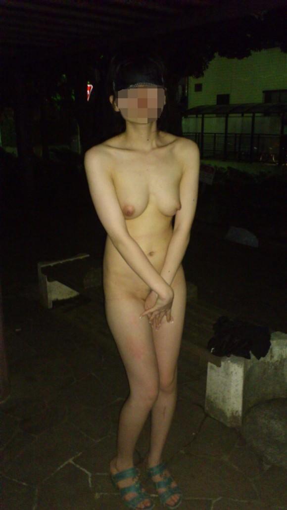夜道で彼女を全裸にして調教中の変態野外露出エロ画像 1884