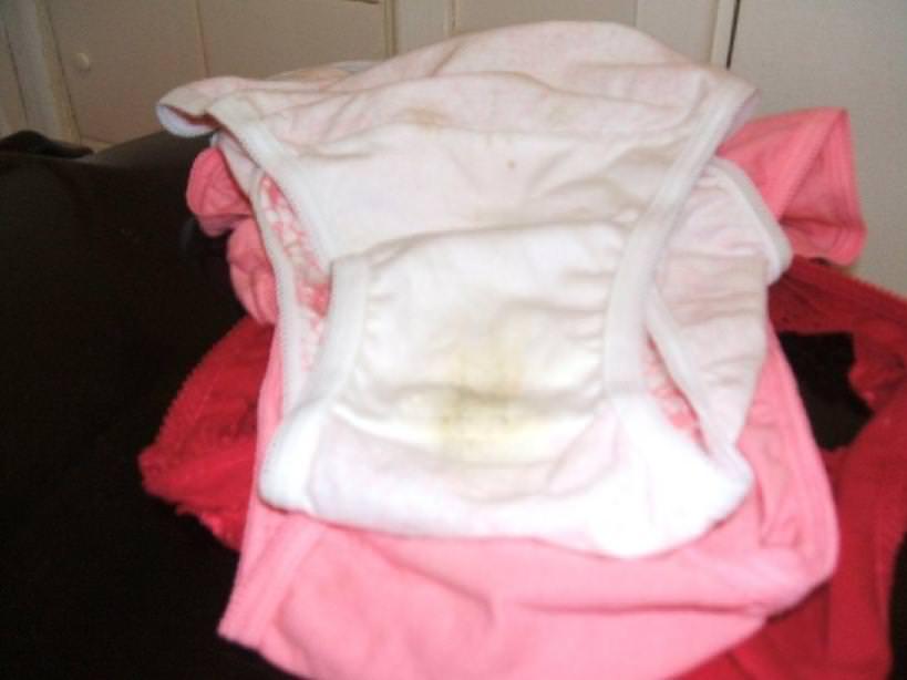 女子のおりものがパンツのクロッチ部分に汚れやシミを作ってるエロ画像 194