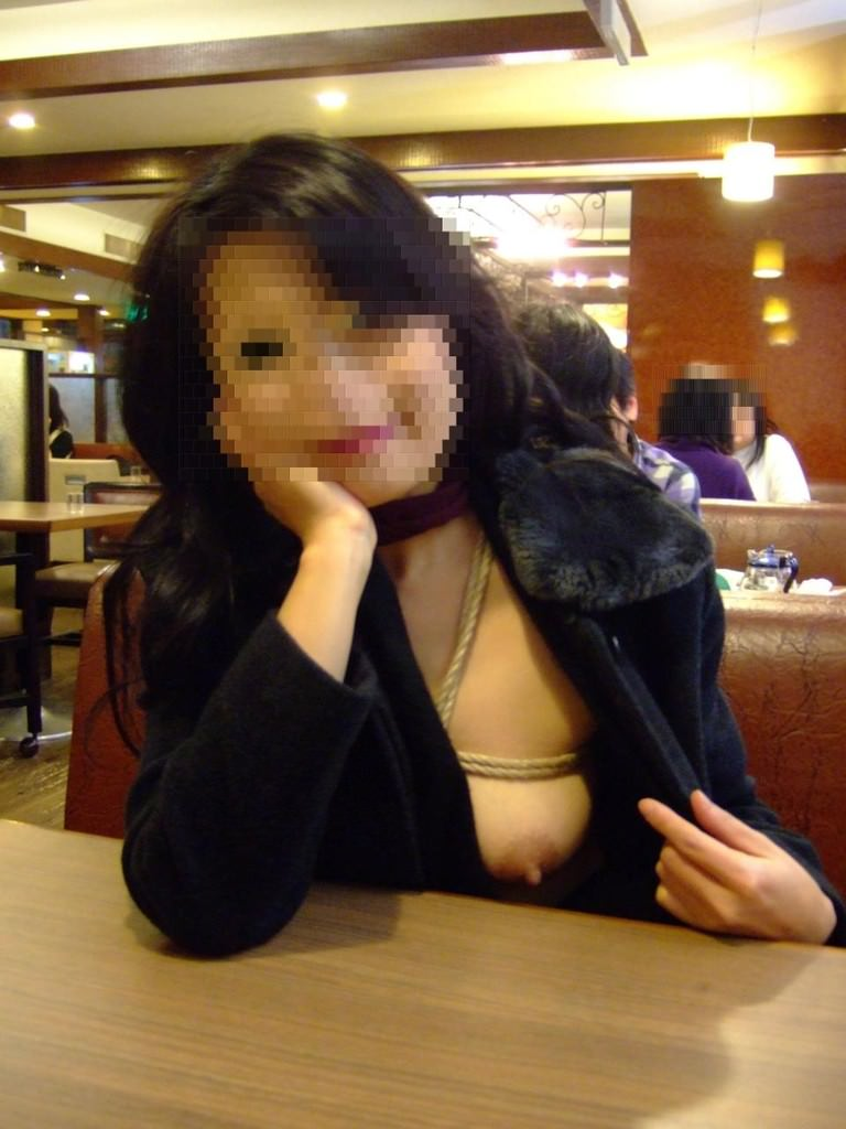 食堂やレストランで露出する破廉恥な行為をする変態女のエロ画像 2015