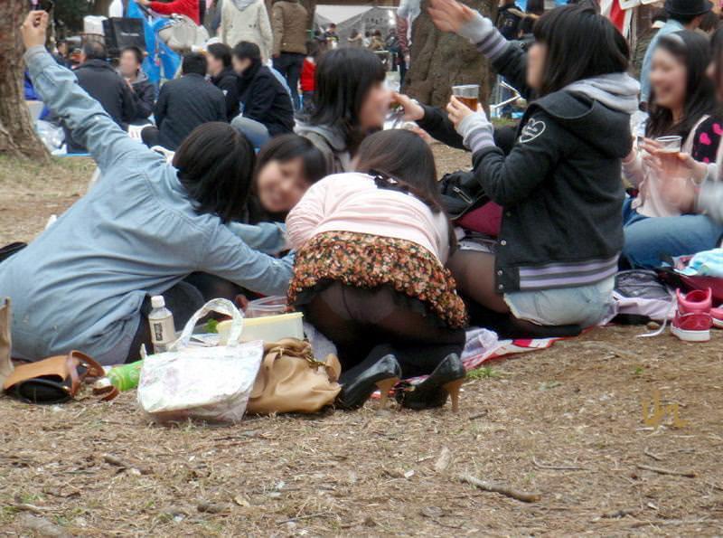 集団でエッチなおふざけしてる女の子たちのエロ画像 202