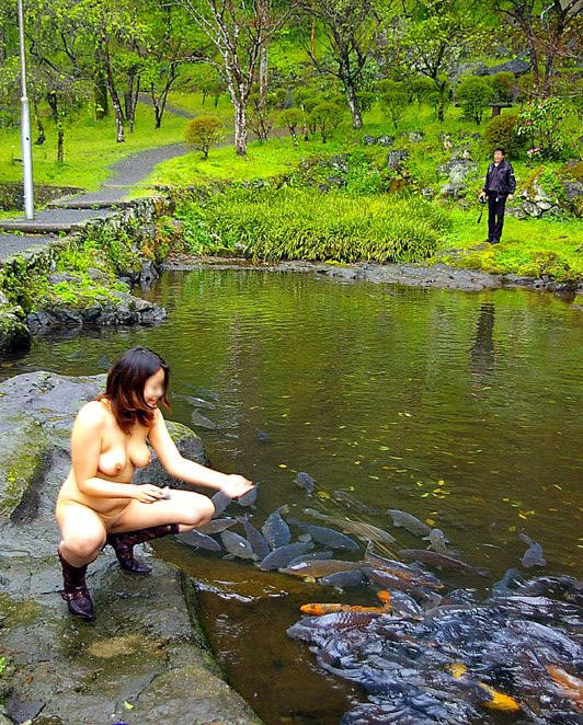 観光スポットでの記念撮影はいつもおっぱい露出してる変態素人女のエロ画像 2056