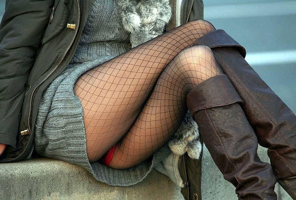 スカートで地べたに座って油断した女の子たちのエグいパンチラエロ画像 2198