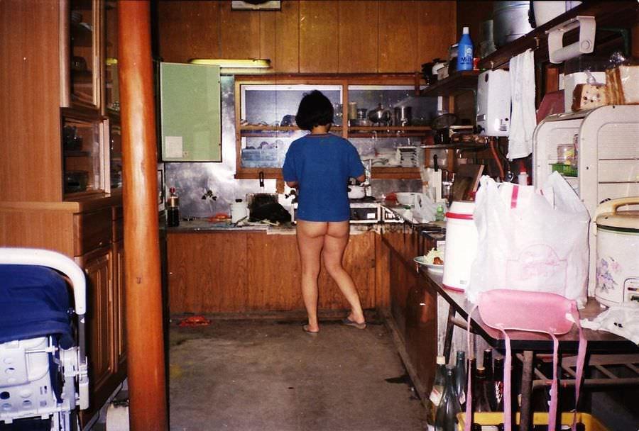 家事をする人妻がエッチな姿で家をうろつくエロ画像 2235