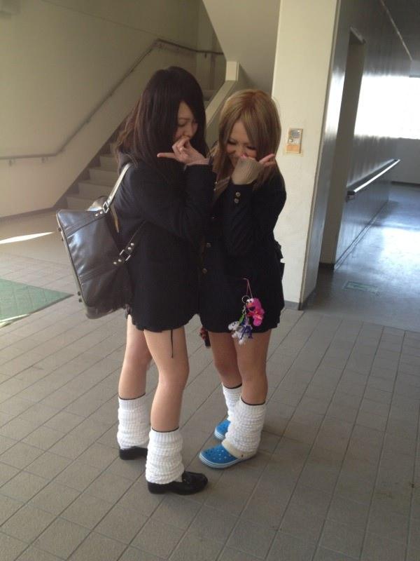 ピッチピチの女子校生が履いてるルーズソックスにチンポコ蹴られたいエロ画像 2271