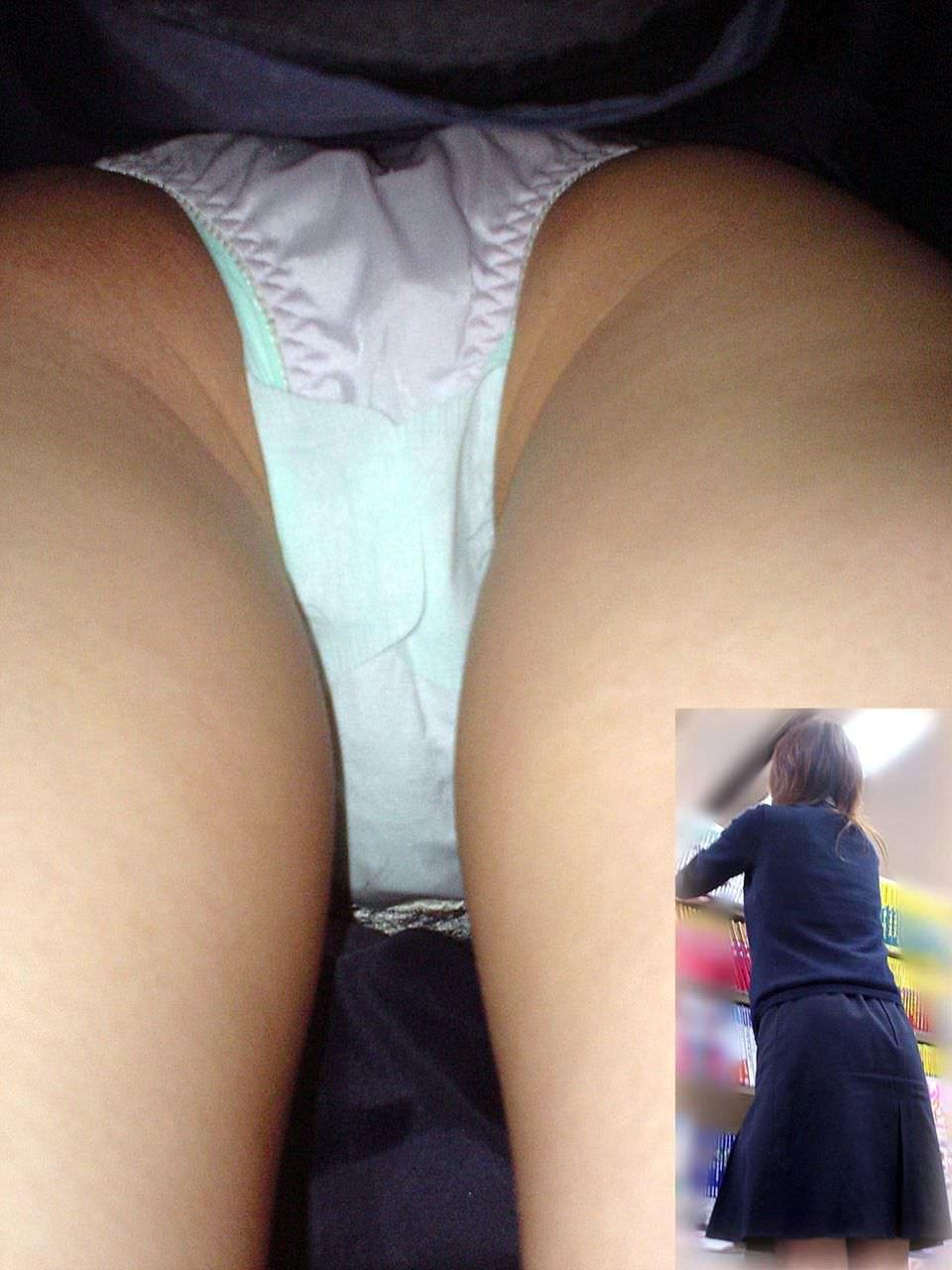 素人のスカートの中身を逆さ撮りしたら生理中の女子だった時パンチラ画像 230