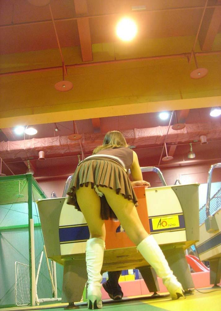 露出狂女がゲーセンでわざとパンチラしてる変態エロ画像 2323