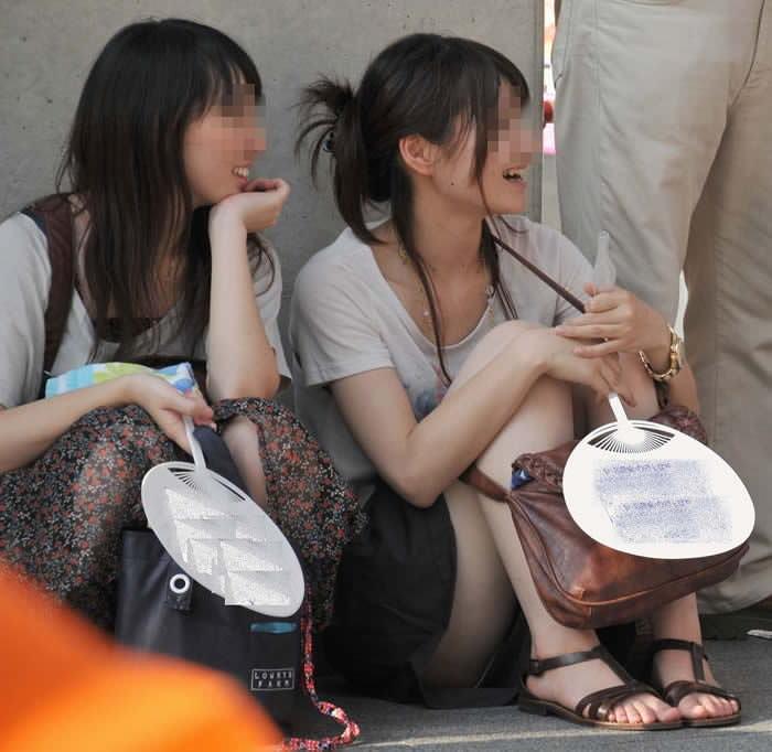 スカートで地べたに座って油断した女の子たちのエグいパンチラエロ画像 2344