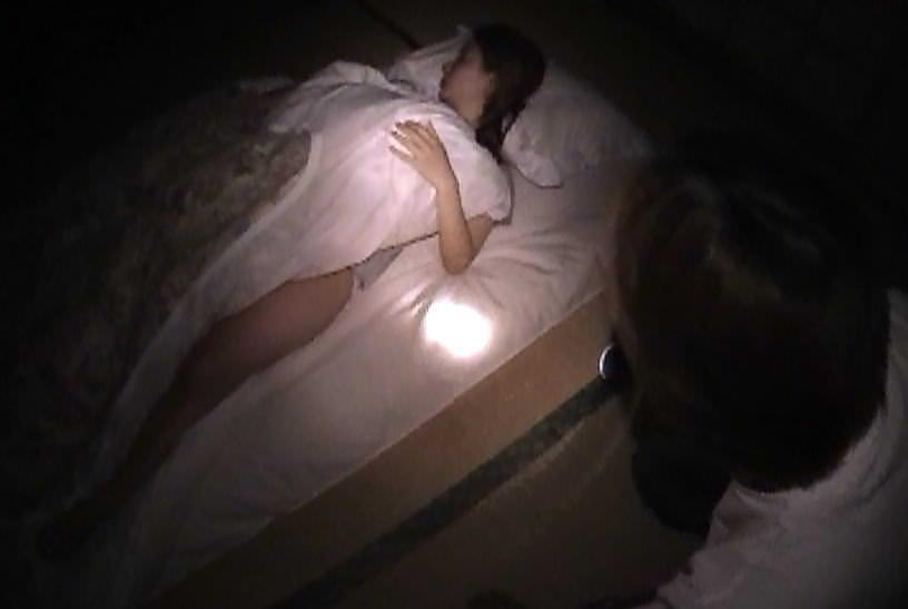 酔っ払って寝てる彼女のおまんこクンニからのフェラさせて顔射したAVキャプエロ画像 24