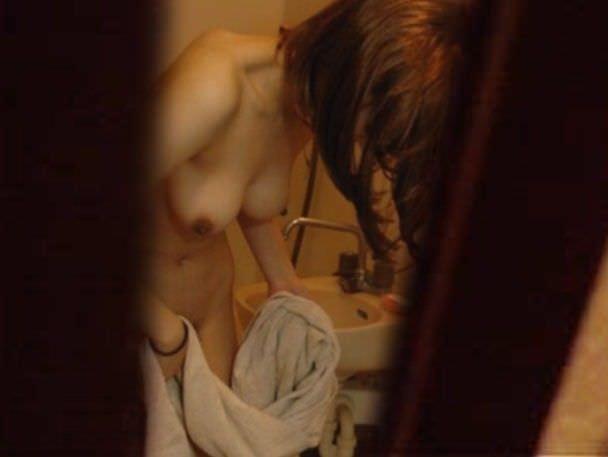 素人娘が自宅や更衣室で着替えてる姿をガチ隠し撮りしたヤバいエロ画像 2437