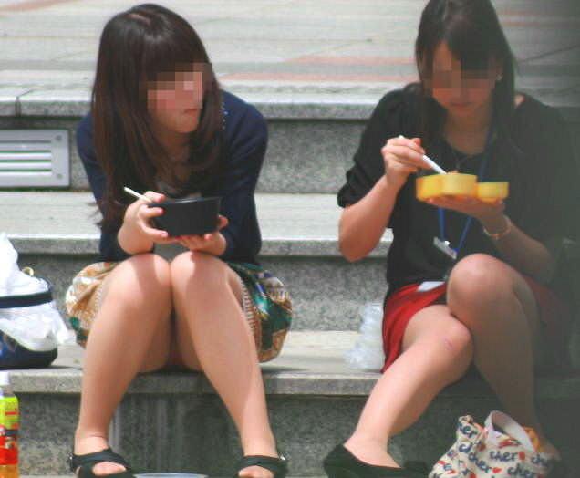 スカートで地べたに座って油断した女の子たちのエグいパンチラエロ画像 2438