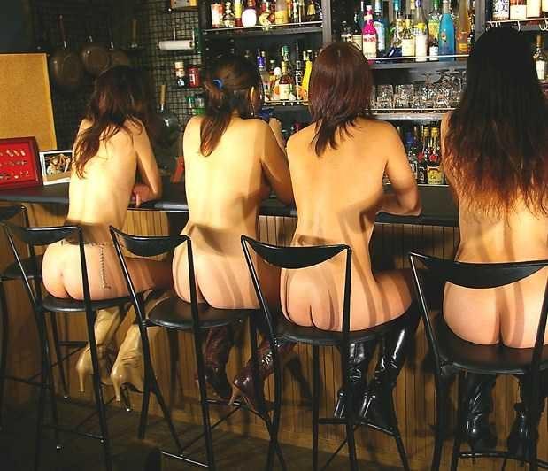 食堂やレストランで露出する破廉恥な行為をする変態女のエロ画像 246