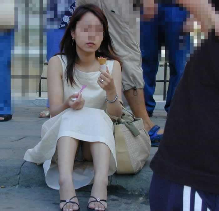 スカートで地べたに座って油断した女の子たちのエグいパンチラエロ画像 2536