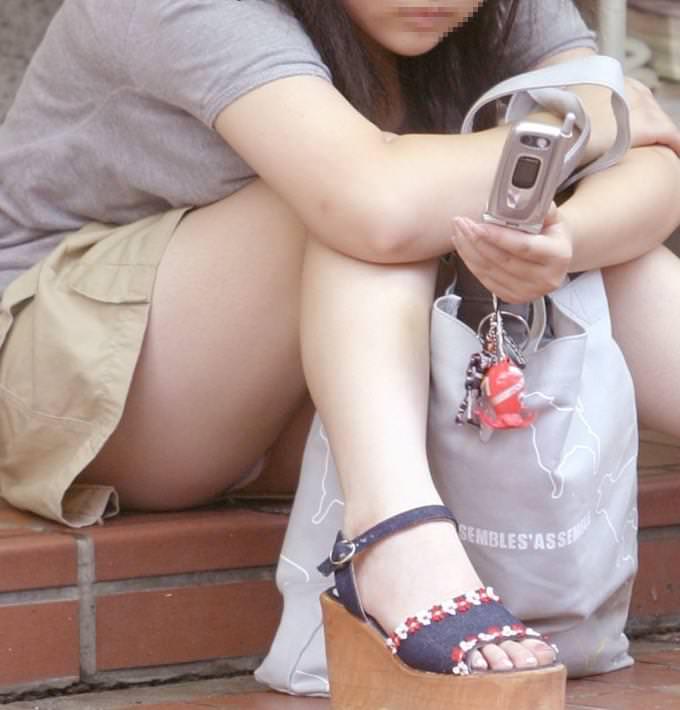 スカートで地べたに座って油断した女の子たちのエグいパンチラエロ画像 2634