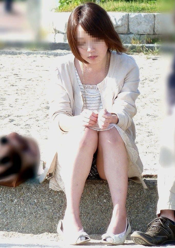 スカートで地べたに座って油断した女の子たちのエグいパンチラエロ画像 2729
