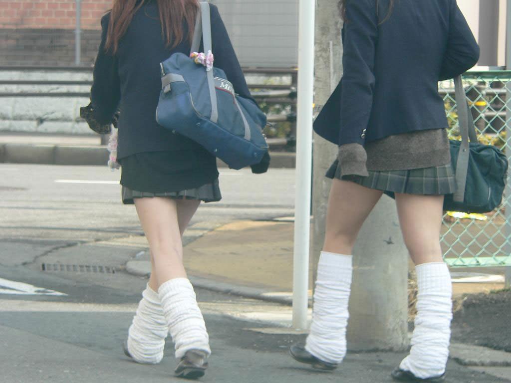 ピッチピチの女子校生が履いてるルーズソックスにチンポコ蹴られたいエロ画像 2737