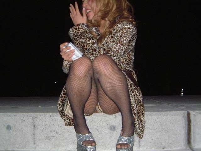 スカートで地べたに座って油断した女の子たちのエグいパンチラエロ画像 2827