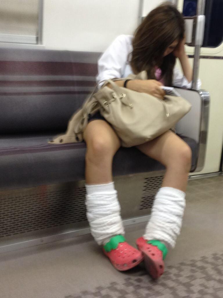 ピッチピチの女子校生が履いてるルーズソックスにチンポコ蹴られたいエロ画像 2835