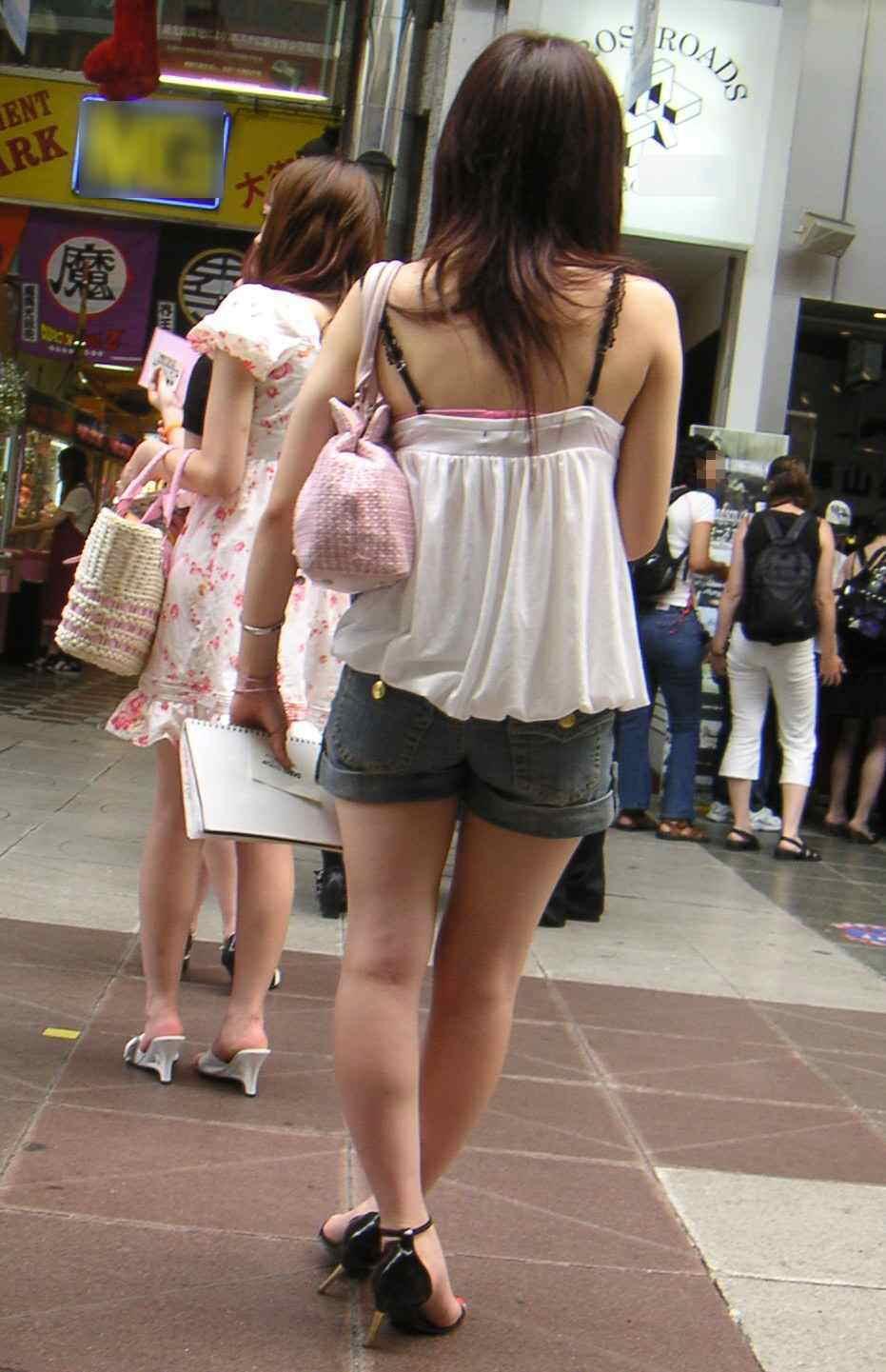 気温が上がるとブラ紐がズレてブラチラしちゃってる素人の街撮りエロ画像 29