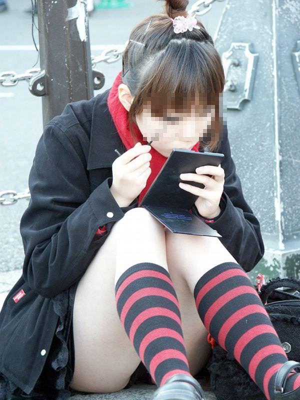 スカートで地べたに座って油断した女の子たちのエグいパンチラエロ画像 2926