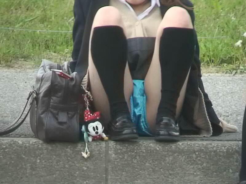 スカートで地べたに座って油断した女の子たちのエグいパンチラエロ画像 3021