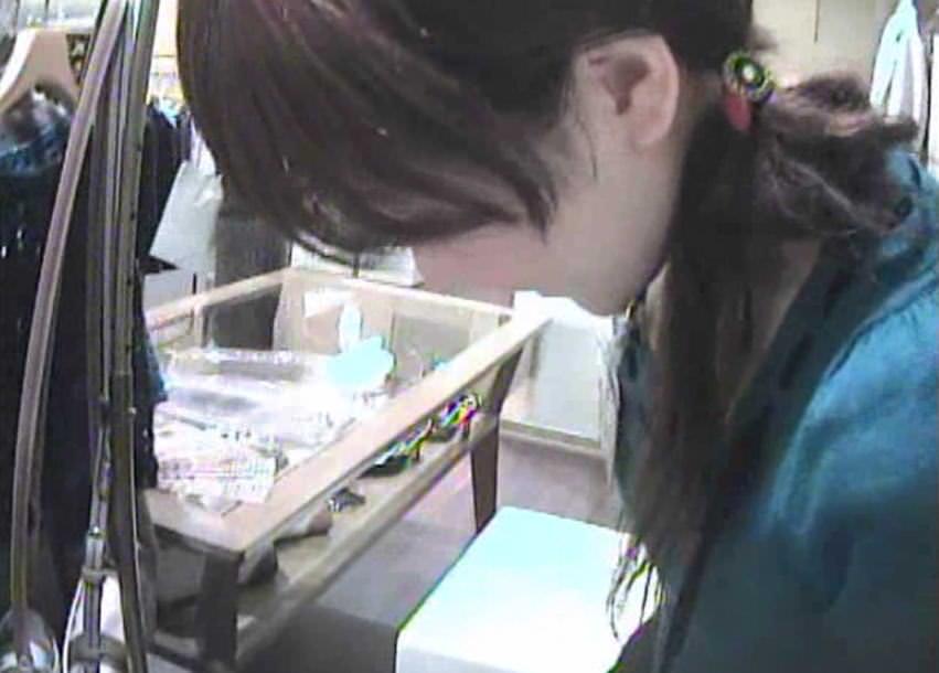 ショップ店員のおしゃれお姉さんの浮きブラ乳首がたまらないエロ画像 3141