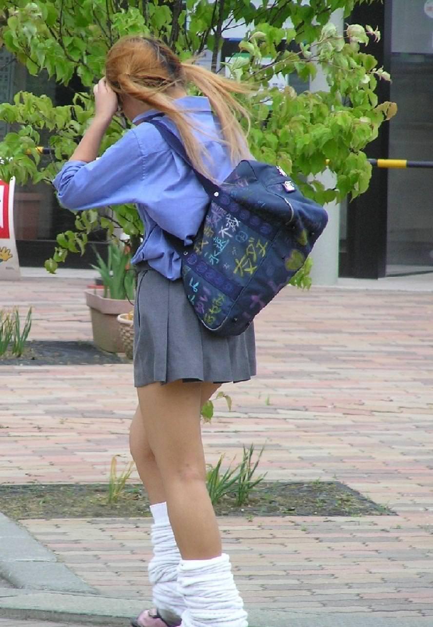 ピッチピチの女子校生が履いてるルーズソックスにチンポコ蹴られたいエロ画像 3145
