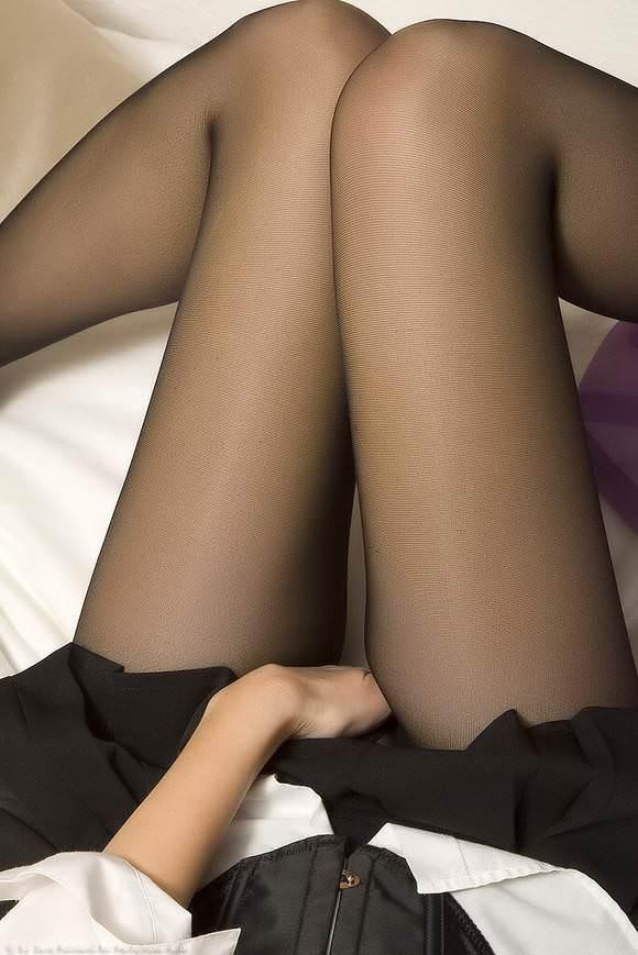 スラっと伸びる女の子の太ももにオチンポ挟みたいエロ画像 323