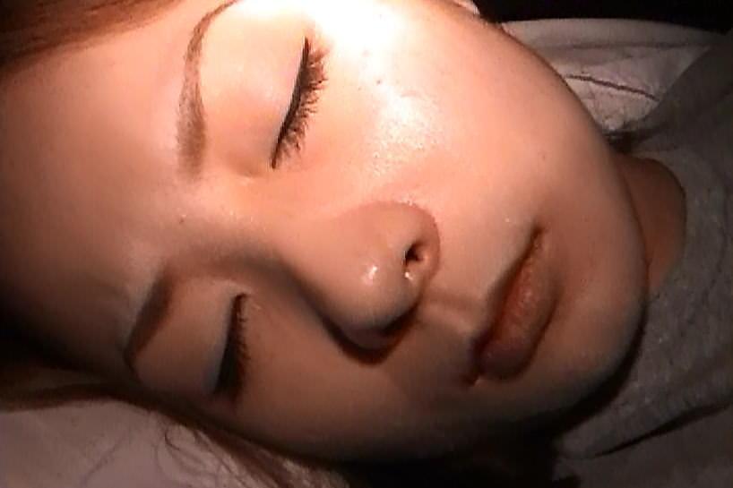 酔っ払って寝てる彼女のおまんこクンニからのフェラさせて顔射したAVキャプエロ画像 33