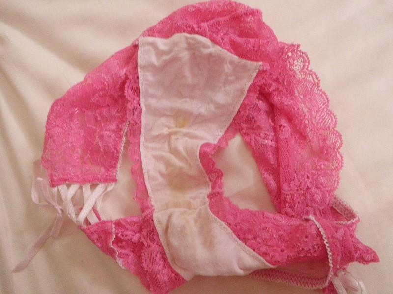 女子のおりものがパンツのクロッチ部分に汚れやシミを作ってるエロ画像 35