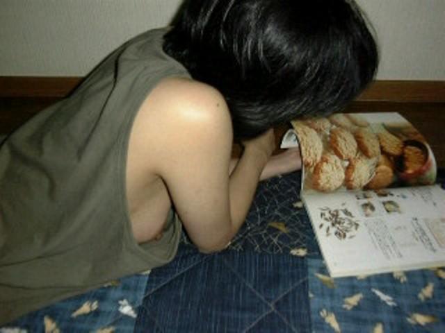 家でくつろぎ過ぎな彼女やセフレの裸を激写したエロ画像 370