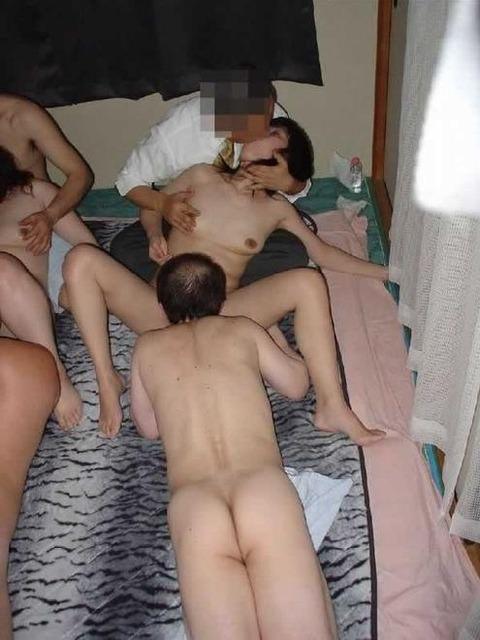 集団セックスがお好きwww男女入り乱れる一大乱交パーティーwww 389