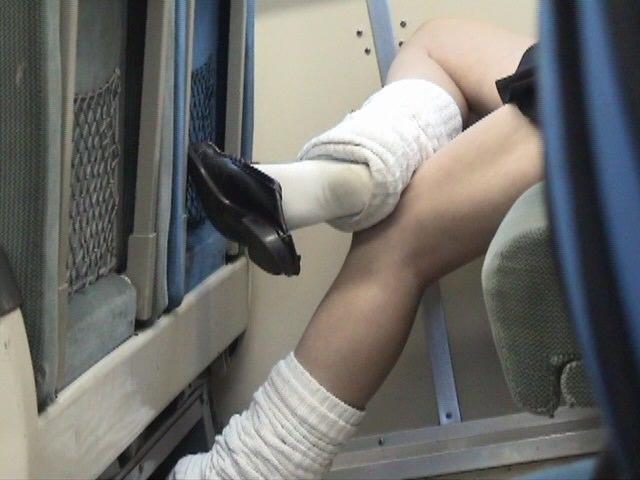 ピッチピチの女子校生が履いてるルーズソックスにチンポコ蹴られたいエロ画像 3915