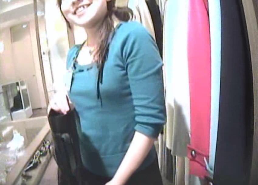 ショップ店員のおしゃれお姉さんの浮きブラ乳首がたまらないエロ画像 4106