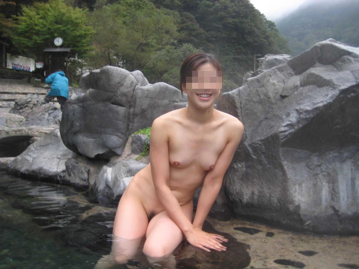 わざわざ混浴風呂にお出かけして記念撮影する変態女の露出エロ画像 413