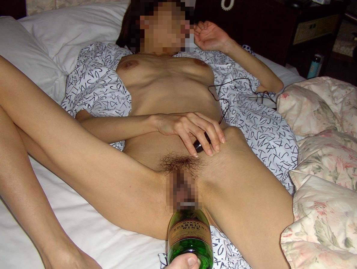 酒瓶をまんこにぶち込んでゴクゴク飲んでるヤバいSMエロ画像 436