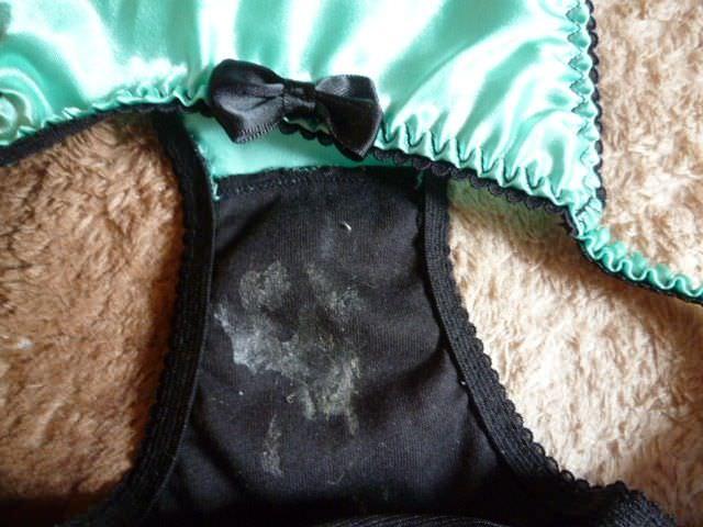 女子のおりものがパンツのクロッチ部分に汚れやシミを作ってるエロ画像 45