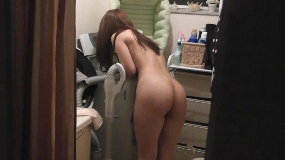 家事をする人妻がエッチな姿で家をうろつくエロ画像 463