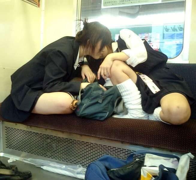 ピッチピチの女子校生が履いてるルーズソックスにチンポコ蹴られたいエロ画像 5108