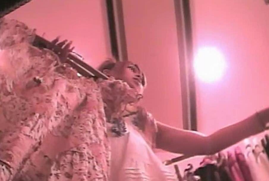 買い物中のガチ素人ギャルのスカートの中身を隠し撮りしたパンチラエロ画像 544