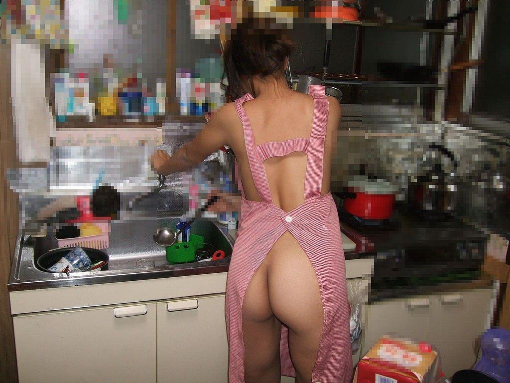 家事をする人妻がエッチな姿で家をうろつくエロ画像 563
